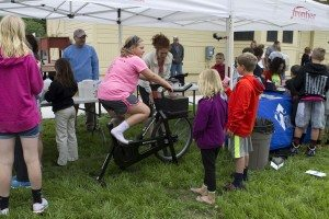 Safe Routes to School Coordinator Kate Hannon helps kids use the bike blender to make healthy fruit smoothies!